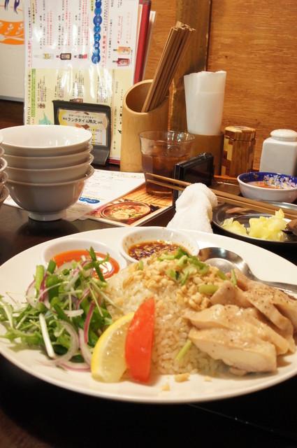 チョップスティックス 高円寺本店 - 海南チキンライス(680円)♪生姜の効いたライスに、柔らかく蒸された鶏肉がたっぷり★