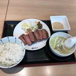 仙臺牛たん 撰 利久 - 特選牛タン定食(3枚6切れ、税込み2376円)