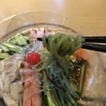 中華料理 泰洲園 - ほうれん草の汁を混ぜ込んだ翡翠麺。