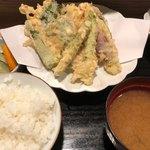 あみ熊 - 夏野菜天ぷら定食 980円。