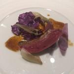 サンタキアラ - 北海道 ミルク仔鳩のロースト西尾の紫玉ねぎ、紫キャベツ