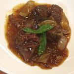 彩雲瑞 - [酸辣燜牛腩] 牛バラ肉の酸辛煮、青菜添え
