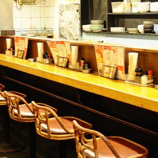 ゆったりと寛げる空間で、美味しいお酒と料理をご堪能ください。
