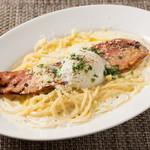 スパゲッティ ベーコンと半熟卵のカルボナーラ