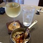 太陽の皿 - 有料オプションでグラスワインの白400円を頂きました。 ワインの盛りは良いです。