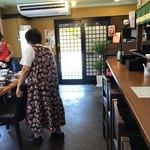 うどん 白木商店 - 店内をパシャ 土曜日の12時 画像の女性はスタッフです