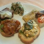 リストランテ アル ケントーレ - ブルスケッタや、野菜のお鮨?とうもろこしのフリットと、サラミ入りポテトサラダ。