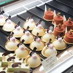 パティスリー タダシ ヤナギ - ショーケースには魅力的なケーキがたくさん!(土曜日の17時過ぎ)