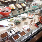 パティスリー タダシ ヤナギ - 正面から向かって左手には、チョコレートのショーケースがあります☆
