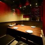 デザイナーズ個室 九州小町 - 掘り炬燵 門席で、鏡で囲まれたお洒落な空間。 4名テーブル