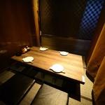 デザイナーズ個室 九州小町 - 掘り炬燵 パーテーションで仕切られた半個室 4名テーブル
