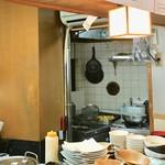 肉天国 - 寿司屋の居抜きなのでコンロが隣の小部屋