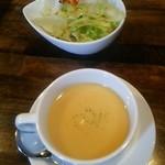 ステーキ&ハンバーグ かな井 - コーンポタージュスープとサラダ