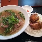 フォー ベト レストラン - 牛肉のフォー(大)と焼き鳥肉のせご飯(小)のCセット、13時以降入店で730円