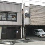 いづみや - 【2018.8.16】左は製麺所。右は店舗。