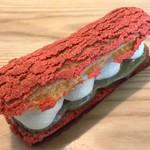 91409195 - 新商品のジゼル。濃厚なほうじ茶のクリームとフレッシュな桃を合わせたエクレアです。