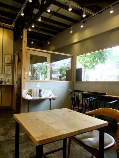 マノ カフェ - カフェスペースが広く、明るくなりました。