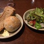 ミラノのおかず屋さん - パンとサラダ食べながら待つです。