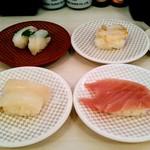 魚べい - 料理写真:マグロ、イカ、エンガワ、ツブ貝