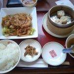 双喜亭 - ランチの豚肉しょうが焼きセットには餃子が付きますが、この日は代わりにシュウマイ