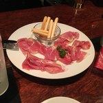 オセロ - * イタリア産 生ハムの盛り合わせ 1,080円