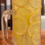 91431090 - 丸ごとレモンサワー 薄切りレモンがたっぷり!