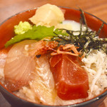 91431097 - ミニ海鮮丼 5種類の刺身と釜揚げしらす温泉卵が入っていました