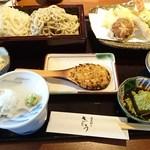 蕎麦切り さとう - 薬味は白葱と山葵、テーブルに七味