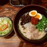 91438293 - 『豚辛ラ-メン(4辛)[麺の硬さ普通]』と『煮玉子』