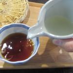 蕎麦 茶のみ処 カワイ - 蕎麦湯を注ぐ