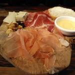 キッチン&マーケット - ワンプレート・サラミに生ハム、ブルーチーズにくるみ、ハチミツ、ワイン付