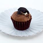 プティビズ - 【オレオ】ブラックココア生地にチョコチップが入ったカップケーキ。 チョコクッキーをトッピングしています。
