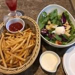 ビッグエコー - 料理写真:クランチポテト/ベーコンと温泉卵のシーザーサラダ