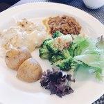 メインダイニング デルナード - サラダ、ニョッキ、鹿肉のキーマカレー
