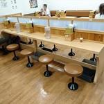 牧のうどん - ついたてのある対面型の大きなテーブル