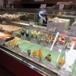ガレット - ピンク目立つテントが目印の店内に入って見ると其処にはオーナーの古賀シェフが作られた様々なケーキが並んでました。
