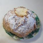 ガレット - 料理写真:パイシュー200円。  サクサクした独特の食感を持つパイシューに注文の都度トロ~リとしたまろやかなカスタードクリームを目の前で詰めてくれまますよ。