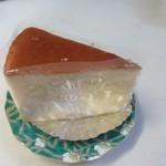 ガレット - スフレチーズ330円。  ゴーダチーズとクリームチーズを使い、レモンとオレンジの生しぼり果汁を加え爽やかに仕上げてあります。