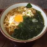 文殊 - わかめそば(¥380)+生卵(無料)