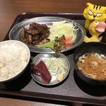 くじらや 守破理 - 鯨とろ焼肉定食780円(税込)
