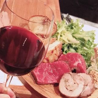ご堪能下さい!炭火で焼き上げたお肉の盛合せと厳選ワイン!