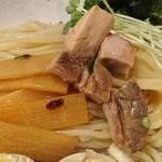 麺屋 藤しろ - 藤しろ @目黒 鶏白湯味玉つけ麺のつけ汁から取り出した刻みチャーシューとメンマ