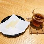 Eirakuya - サービスしてくださった琥珀と冷茶