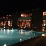 91515813 - 夜のレストラン棟とプール