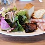 PORTAPERTA - パスタランチ共通 サラダ、前菜、パンのワンプレート