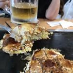鶴橋風月 - 豚玉とメガビールで乾杯。私はコテでは食べれんのです。