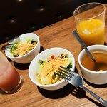 ピソラ - 2人分のサラダとスープとドリンク