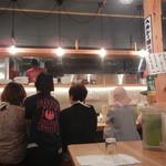 博多担々麺 とり田 - 着座。厨房方面の眺め