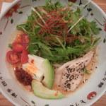 博多担々麺 とり田 - メニュー表の写真より水菜の盛りが3倍くらい(笑)