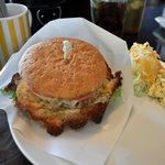 エイプリルエイト - チーズ & チーズ バーガー(サラダ、ドリンクとセットで850円)